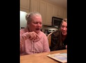 Megható, ahogy az alzheimeres anyuka együtt énekel családjával - videó