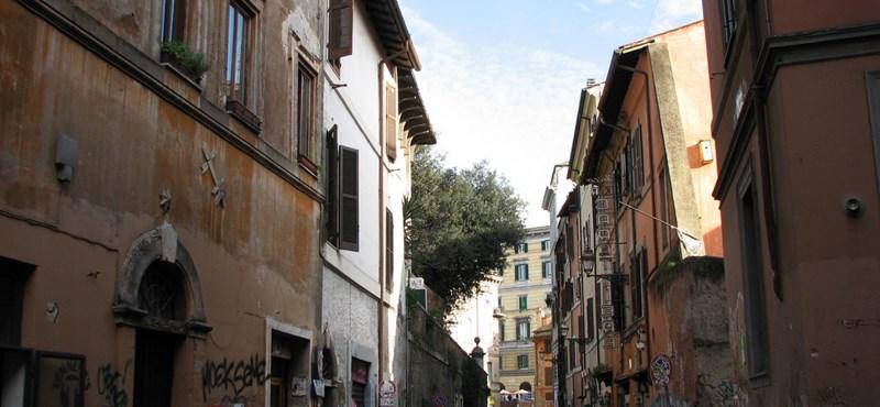Rómában egy bolgár nő a vonatsínekre lökött egy peruit, korábban pedig megkéselt egy amerikait