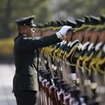 Elvesztette pisztolyát a japán miniszterelnök testőre
