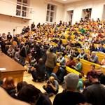 Több száz egyetemista tiltakozott a felsőoktatási döntések ellen az ELTE-n