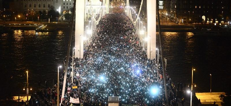 A magyar módszer: mobilkijelzőkkel tüntetnek Amerikában is