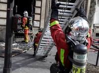A sárgamellényesek felgyújtottak egy bankot Párizsban, a tűzoltók gyereket is mentettek a házból