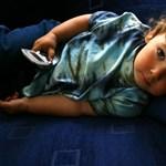 A gyerekek közel fele már hároméves kora előtt rendszeresen használ okostelefont