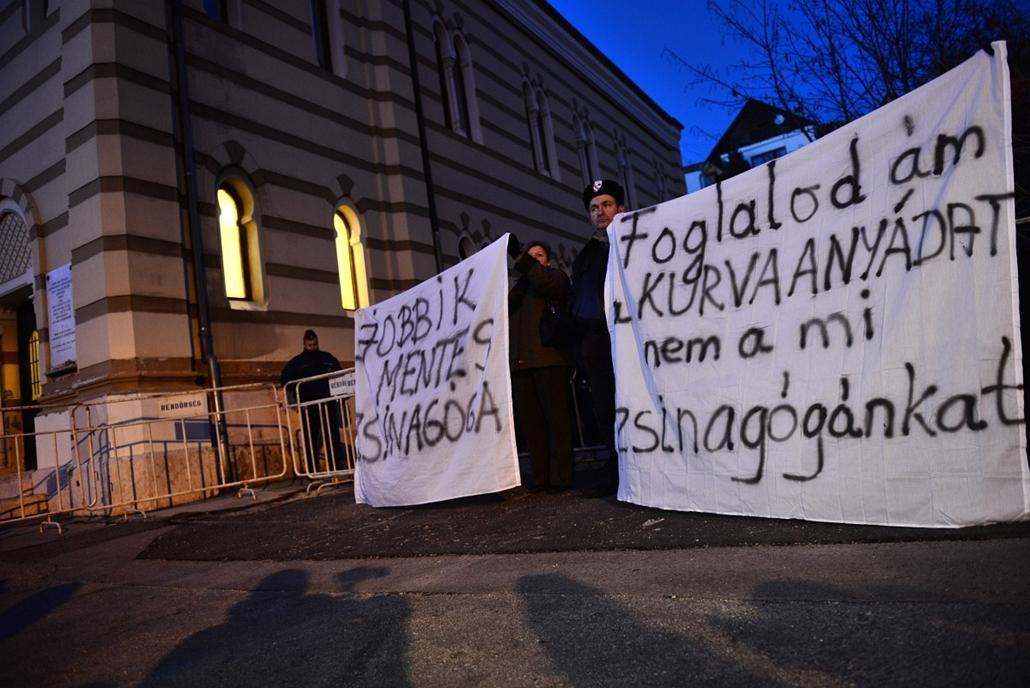 sa.14.02.14. - jobbik esztergomi zsinagóga előtt