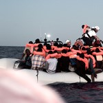 Egymás közt osztják a tengerből kimentett menekülteket Európában