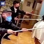 Fura új technikával vágják a hajakat a kínai fodrászok a koronavírus miatt