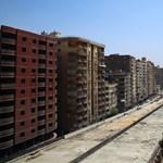 Lakásoktól 50 centiméterre építenek autópályát Egyiptomban – fotók