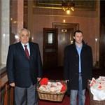 Fotók: összekötözött almászsákok bukkantak fel a Parlamentben