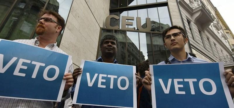 """Újabb demonstrációt tartottak a CEU-nál: ezrek skandálták, hogy """"ne írd alá, János"""""""