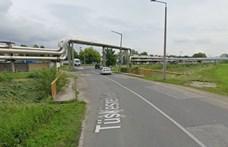 Patakba zuhant egy autó Pécsen, a sofőr kis híján megfulladt