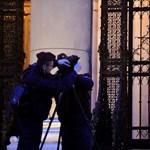 Az ellenzéki képviselők kitűzték a parlamentre a kiáltványukat, Hadházy az MTVA-hoz gyalogolt