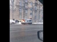 Oroszországban, mivel mással oltanának egy kocsit, mint hógolyókkal – videó