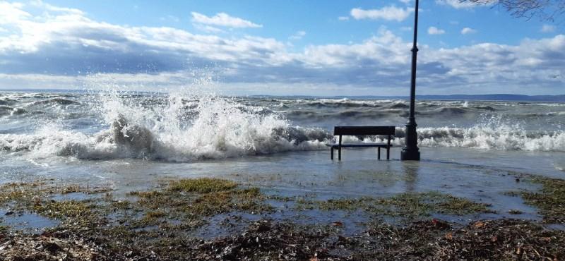 Kibillent a Balaton a medréből a szélvihartól – videó