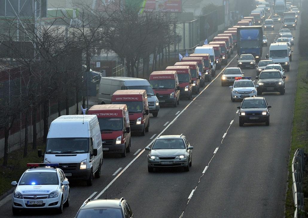 mti. Útlezárások - 2014.12.15.  A Liga Szakszervezetek forgalomlassító demonstrációja az M5-ös autópálya fővárosi bevezető szakaszán, a külső sávban 2014. december 15-én. A Liga demonstrációin a tervek szerint az ország 62 pontján legalább 1600 gépkocsi l