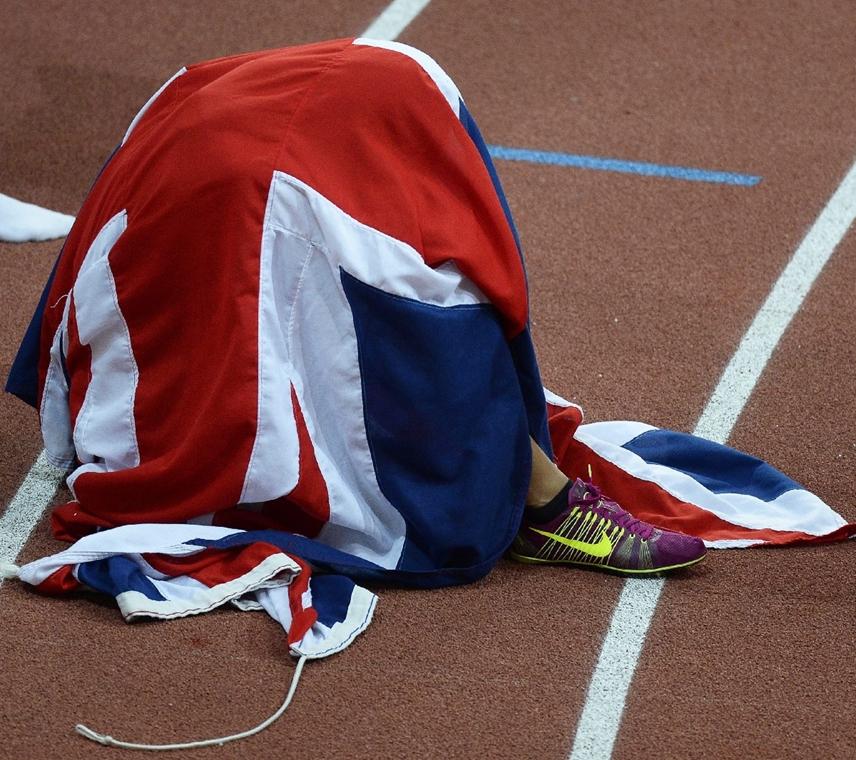 epa.15.03.06. - A brit Katarina Johnson-Thompson hazája zászlajába burkolózva ünnepel a prágai atlétikai Európa-bajnokság női ötpróbájának 800 méteres síkfutása után - 7képei
