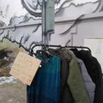 A pécsi Irgalmas Rendnek nem tetszett a rászorulóknak gyűjtött kabátok látványa