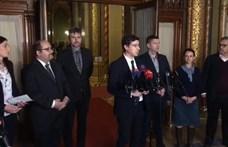 """""""Orbán öles lépésekkel halad a diktatúra felé"""" – ellenzéki pártok tiltakoztak a parlamentben"""