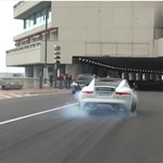 Így verik fel Monte-Carlo csendjét a V8-as Jaguar sportkocsik – videó