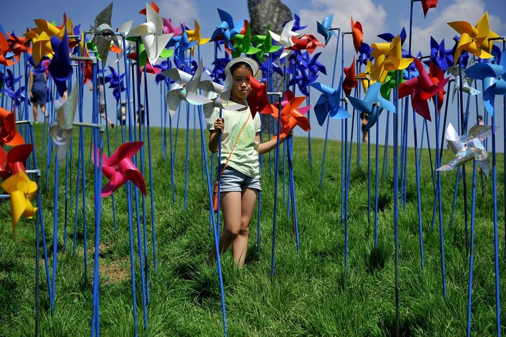 Paju, Koreai Köztársaság: kislány a szélkerekek közt Észak-és Dél-Korea határához közeli faluban. - 7képei