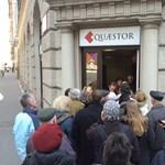 Sorban állnak az ügyfelek a Quaestor előtt