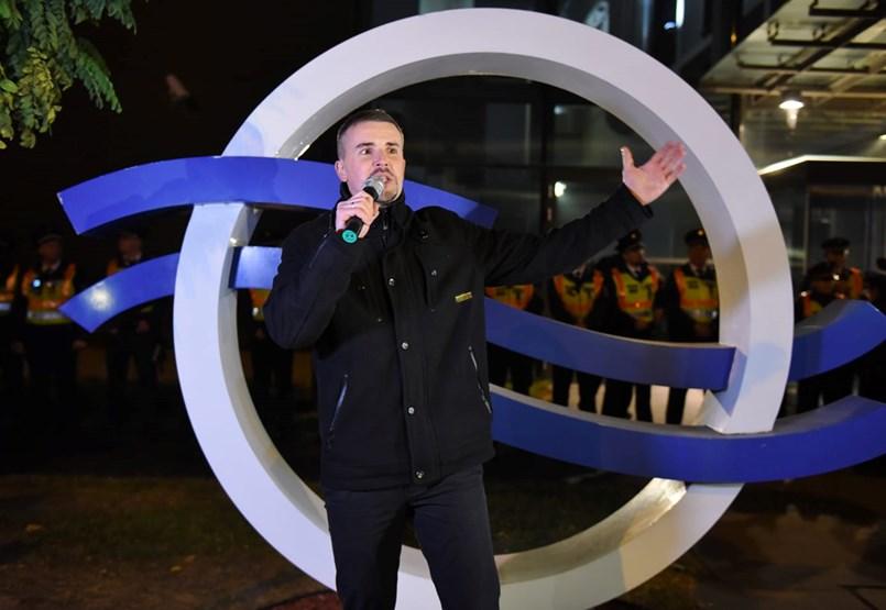 A köztévé épülete elé vonultak a jobbikosok és Hadházyék is, Orbán kampánnyitó beszédet tartott- ÉLŐ