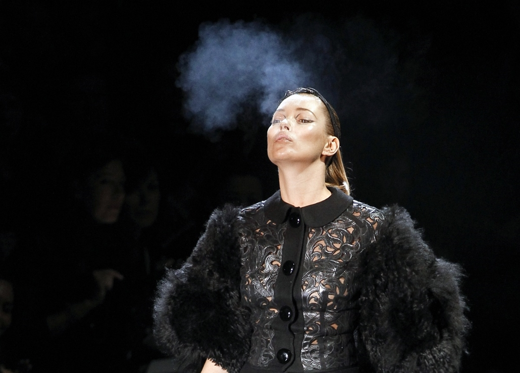 afp. Kate Moss szupermodell 40 éves - nagyítás - 2011.03.09. Párizs -  British model Kate Moss smokes a cigarette as she presents a creation by US designer Marc Jacobs for Louis Vuitton during the Autumn/Winter 2011-2012 ready-to-wear collection show on M