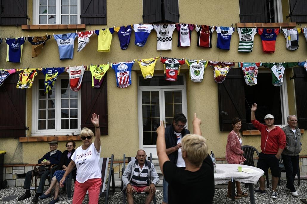 afp.17.07.12. - Pau, Franciaország: Szurkolók egy mezekkel díszített ház előtt a tizenegyedik, 203,5 kilométeres szakaszon Eymet és Pau között július 12-én. - Tour de France 2017