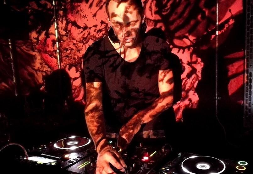 """DJ Infragandhi a Fülkében: """"Mentőövek híján teljes a pánik a szektorunkban"""""""