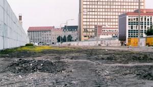 Nyuszik ugrándoznak a volt halálsávban a berlini falnál – 1990. június 24.