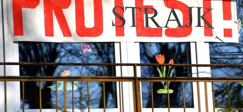 500 ezer pedagógus sztrájkol Lengyelországban