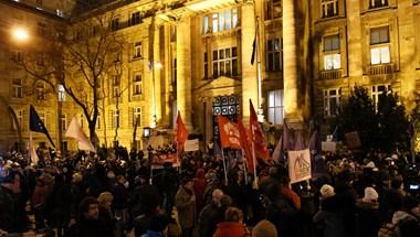 Az Ügyészségtől a Nyugati téri felüljáróhoz vonultak a tüntetők