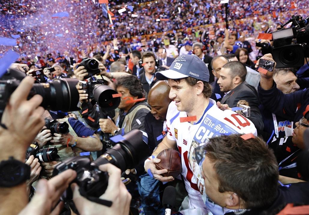 2012. február 5. - Indianapolis: New York Giants győzelem a New England Patriots felett - Eli Manning fotósok kereszttüzében. -évsportképei