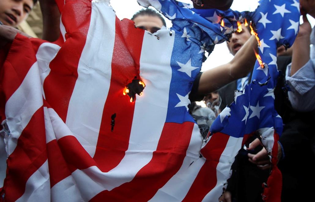 Palesztinok égetnek el egy amerikai zászlót , arab világ, tüntetések, mohammed próféta