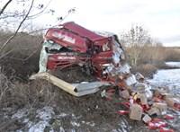 Szinte a felismerhetetlenségig roncsolódott az M2-es autóúton ütköző kamion és kisteherautó