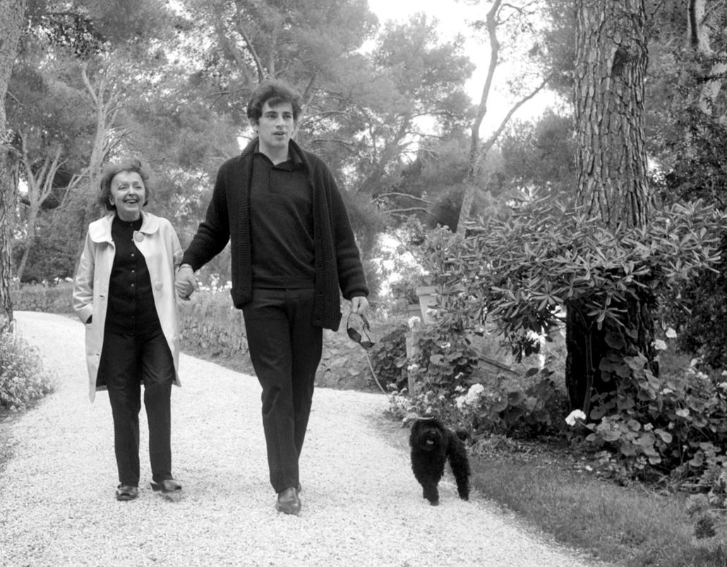 1963. június 1. - Cap-Ferrat, Franciaország: séta férjével, Theo Sarapoval. - Edith Piaf