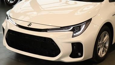Beültünk az első hazai Suzuki Swace-be: mit tud a 8 milliós Toyota Corolla testvér?