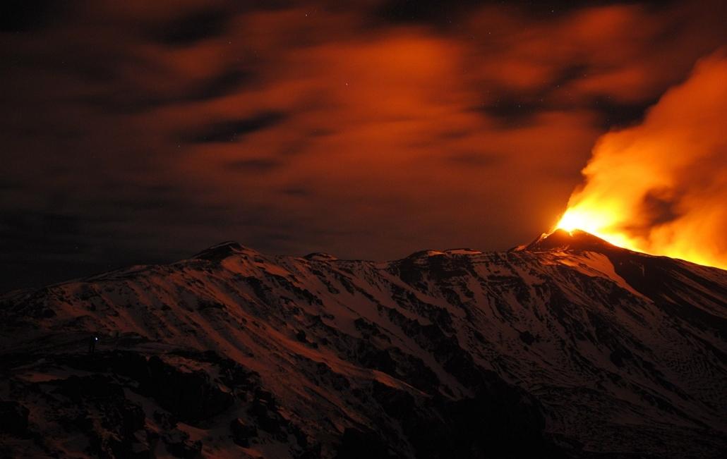 AP! január 10-ig! hét képei - Szicília, 2013. december 30. Kitör az Etna tűzhányó délkeleti krátere Szicília szigetén 2013. december 30-án hajnalban.