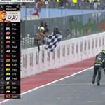 Videó: Pontszerző helyen tolta át a célvonalon gépét egy versenyző a motoros vb-n