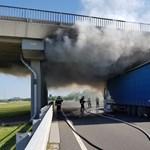 Úgy lángolt egy kamion, hogy tönkretett egy felüljárót – videó