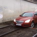 Az Opel padlógázzal menekül Kínából