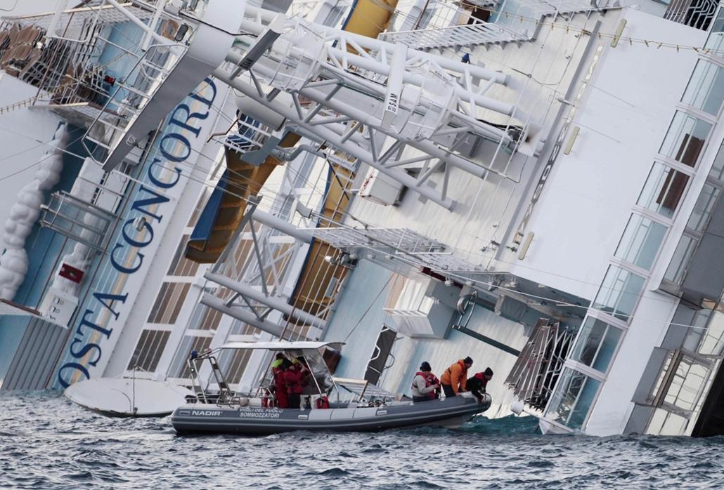 costa concordia nagyítás - süllyedő luxushajó az olasz partokon