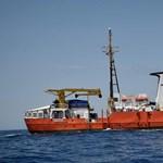 Visszavonták a menekülteket mentő Aquarius hajózási engedélyét