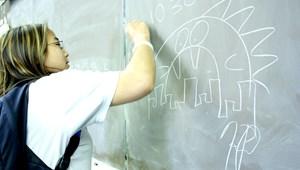 Tiltakoznak a pedagógusok, a szülők és a diákok az e-napló kötelező használata ellen