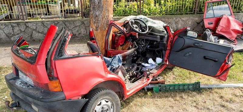 Fotókon a győrújfalui halálos baleset, amelyben egy Suzuki csapódott egy fának