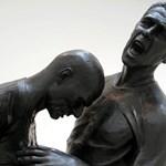 Futballszobor: bronzba öntötték a Materazzit mellkason fejelő Zidane-t