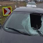 Kamionról lecsúszó jégtömb zúzta szét egy kocsi szélvédőjét Borsodban – fotók