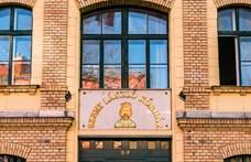 Üvegablakon keresztül láthatják egymást a karanténba zárt diákok és szüleik