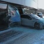 Áthajtott egy Porsche-kereskedés ablakán a lájkokért – videó