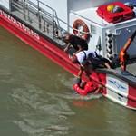 Vízbe esett egy ember a Hableány kiemelésénél – videó