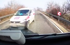 Kézilabdacsapat ült a kisbuszban, amely hajszálnyira volt a frontális ütközéstől – videó